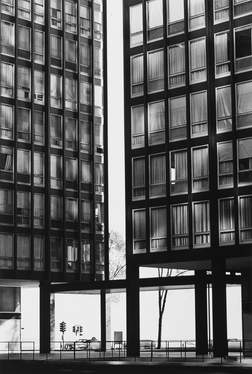860-880 Lake Shore Drive Apartments, 1966, ©Kochi Prefecture, Ishimoto Yasuhiro Photo Center